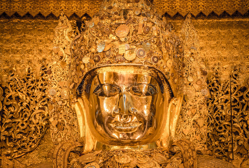 Estatua de Mahamuni Buda en el templo de Mahamuni de Mandalay, Myanmar imagenes de archivo