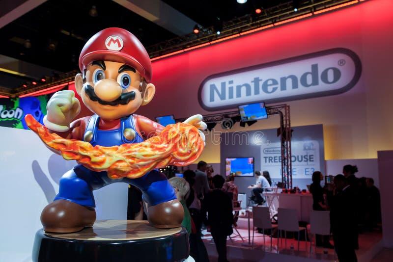 Estatua de Mario y logotipo gigantes estupendos de Nintendo imagen de archivo libre de regalías