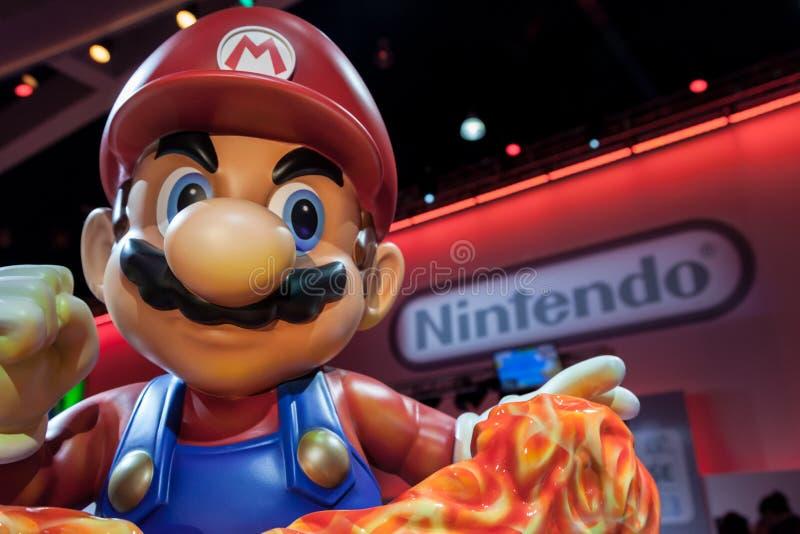Estatua de Mario y logotipo gigantes estupendos de Nintendo fotos de archivo