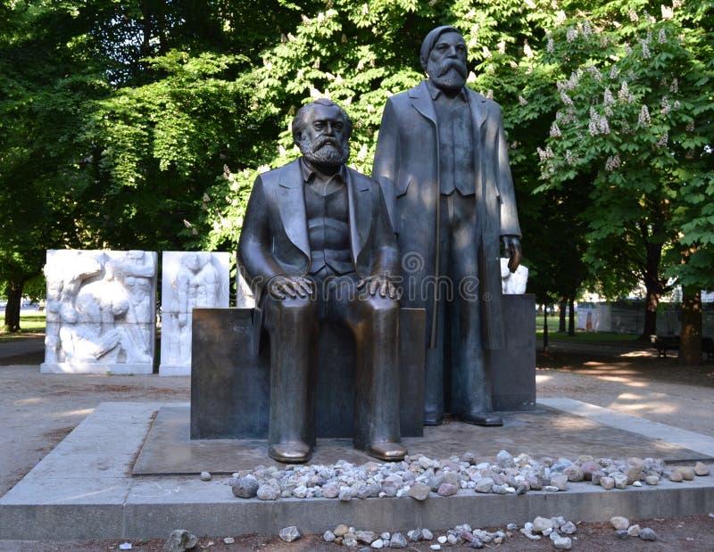 Estatua de Marx-Engels foto de archivo
