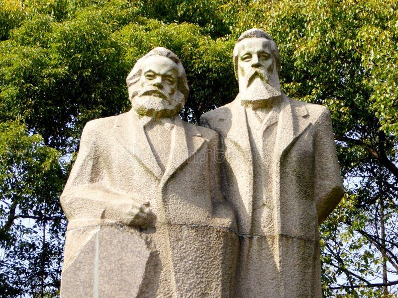 Estatua de Marx-Engels imagen de archivo