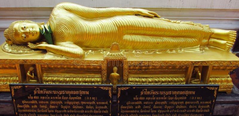 Estatua de mentira de Buda en templo budista fotografía de archivo