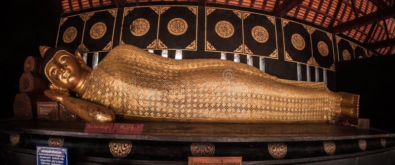 Estatua de mentira de descanso de Buda en el templo budista en Tailandia fotografía de archivo