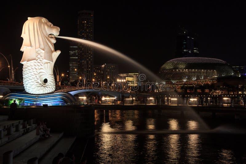 Estatua de Merlion y teatros en la noche, Singapur de la explanada fotos de archivo