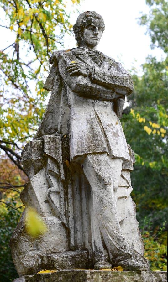 Estatua de Mihai Eminescu en el jardín botánico de Macea - el condado de Arad, Rumania fotografía de archivo libre de regalías