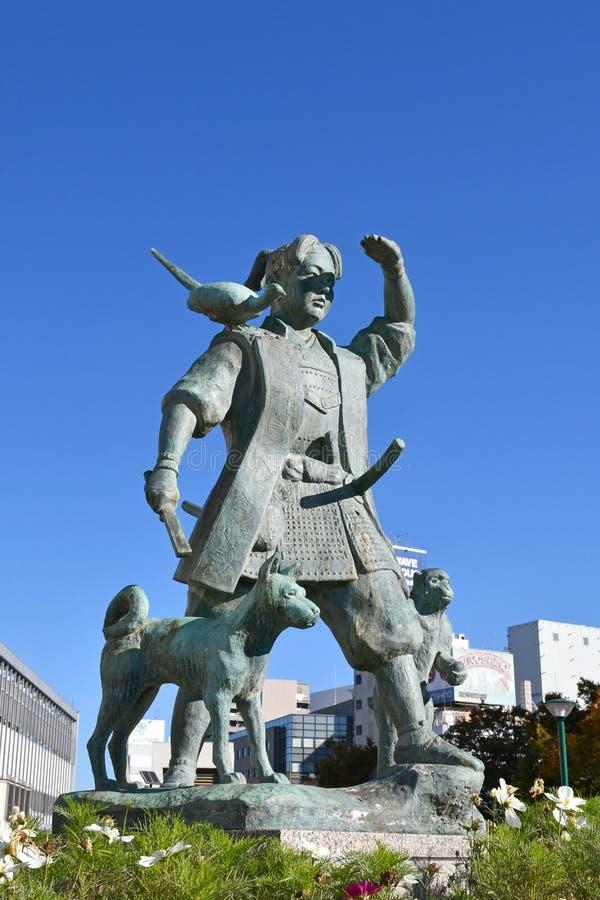 Estatua de Momotaro fuera de la estación de Okayama, Japón fotografía de archivo