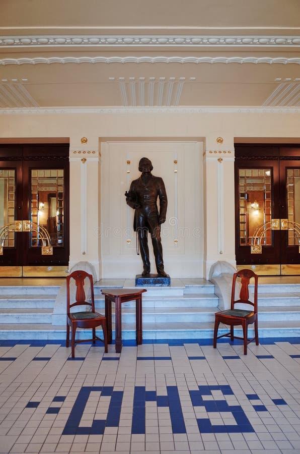 Estatua de Ole Bull dentro del teatro nacional, BERGEN, NORUEGA imagen de archivo