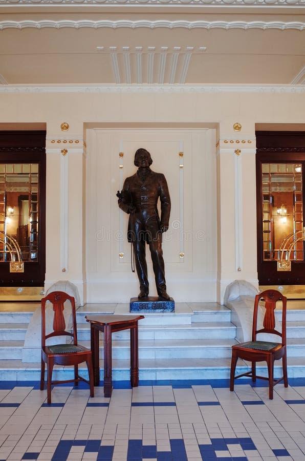 Estatua de Ole Bull dentro del teatro nacional, BERGEN, NORUEGA imágenes de archivo libres de regalías