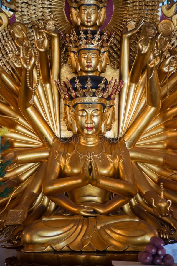 Estatua de oro de Buda del Bodhisattva con 1000 brazos imagen de archivo