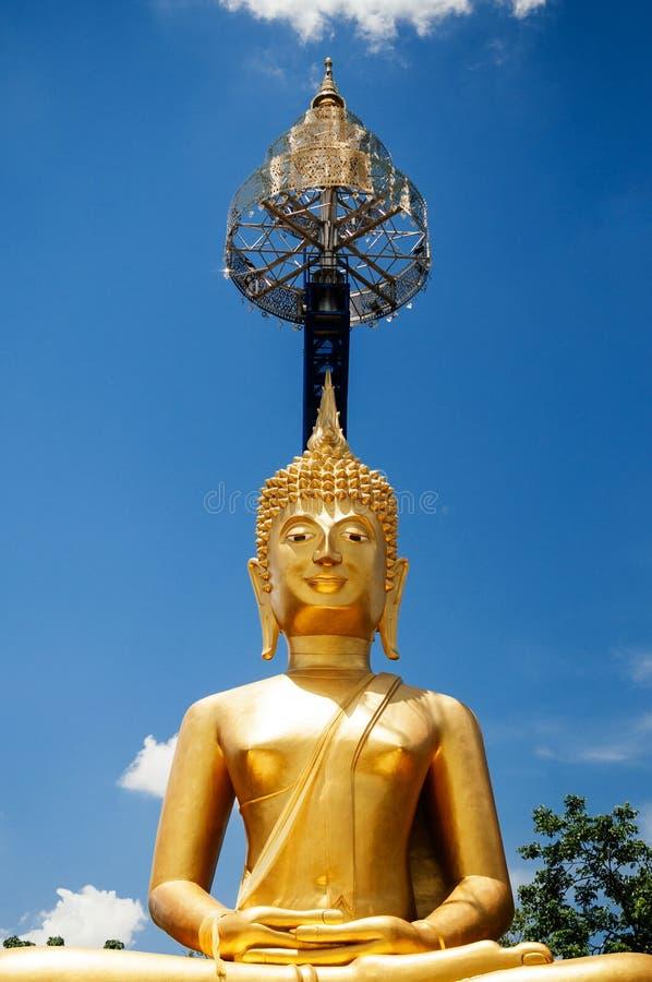 Estatua de oro de Buda de Khao Kradong, Buriram - Tailandia imagenes de archivo