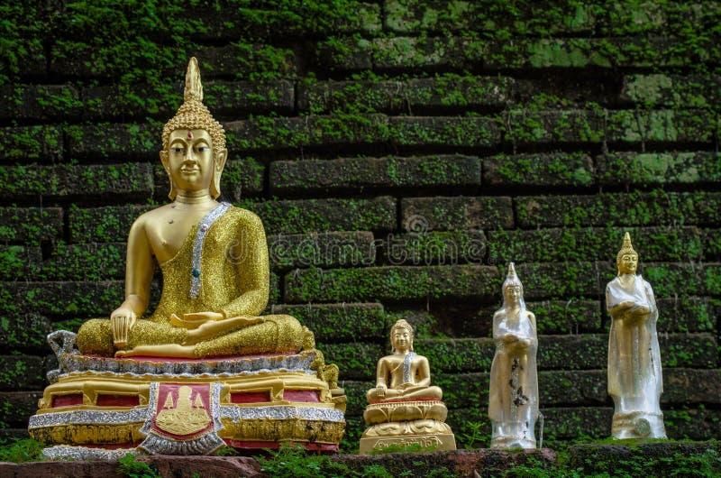 Estatua de oro de Buda en el templo de Wat Phan Tao en Chiang Mai, Tailandia fotos de archivo