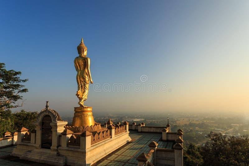 Estatua de oro de Buda en el templo tailandés, Wat Phra That Khao Noi en N fotografía de archivo