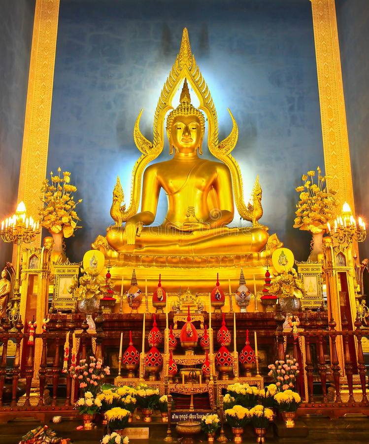 Estatua de oro de Buda en el vidrio de catedral fotos de archivo libres de regalías