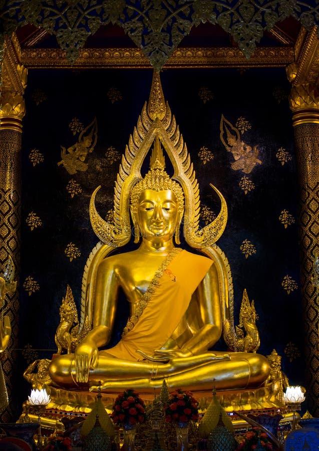 Estatua de oro de Buda en Phisanulok en Tailandia fotografía de archivo libre de regalías