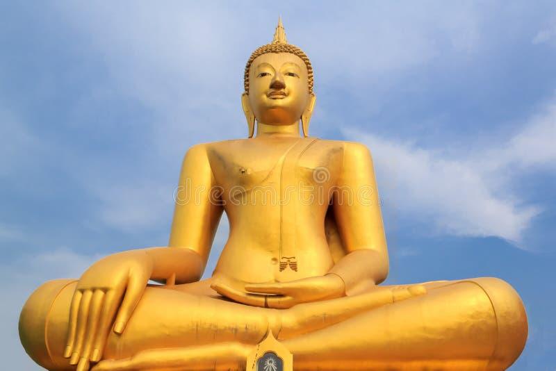 Estatua de oro de Buda en templo fotografía de archivo