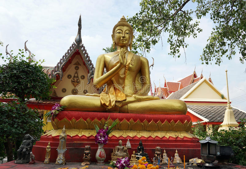 Estatua de oro de buddha fotos de archivo