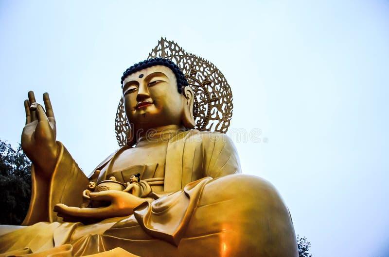 Estatua de oro de buddha foto de archivo