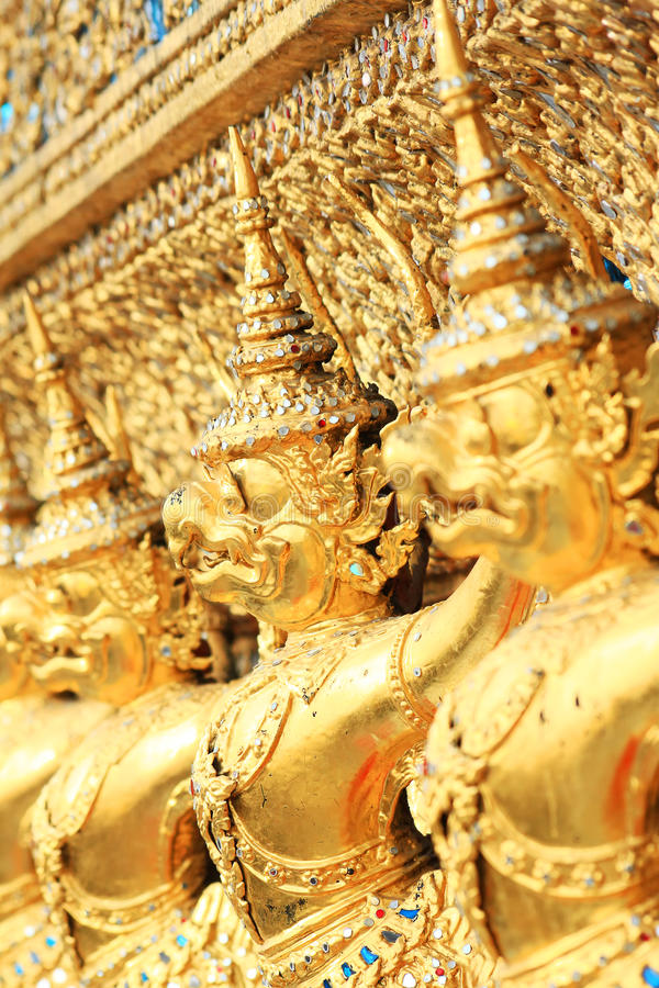 Estatua de oro de Garuda en Wat Phra Kaew imagenes de archivo