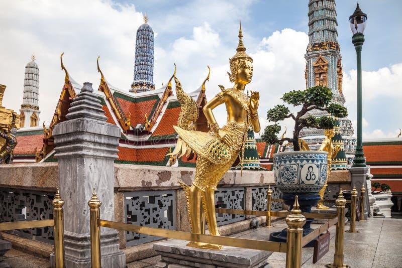 Estatua de oro de Kinnara en el palacio magnífico en Bangkok fotos de archivo