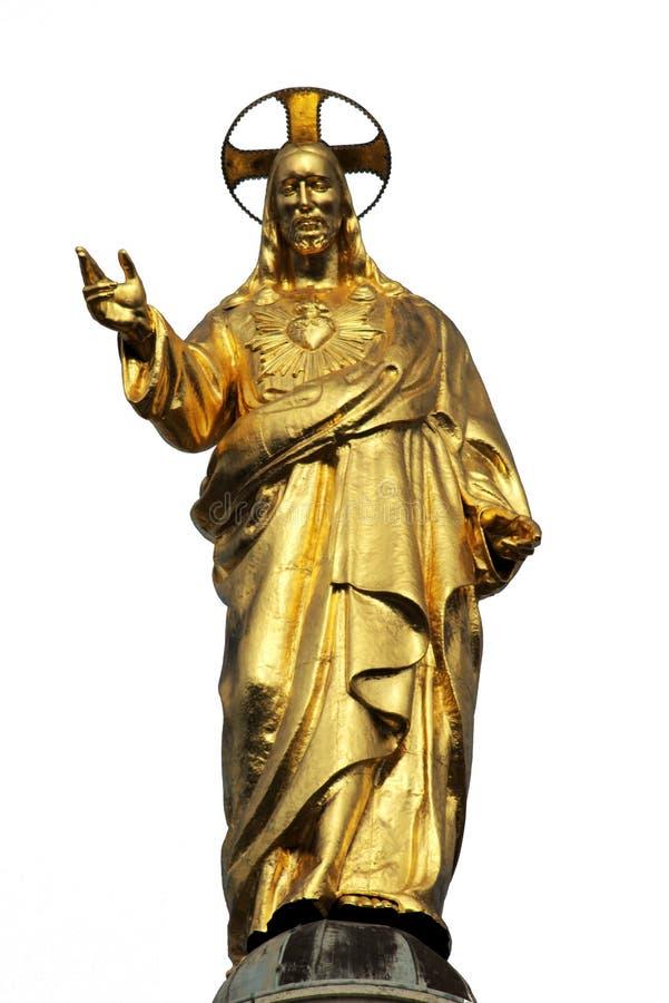 Estatua de oro del corazón sagrado de Jesus Christ aislada imagenes de archivo
