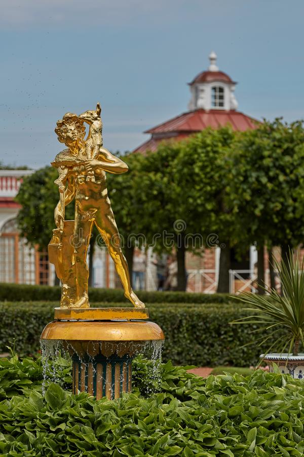 Estatua de oro delante del palacio de Monplaisir en los jardines de Peterhof, cerca de St Petersburg en Rusia foto de archivo libre de regalías
