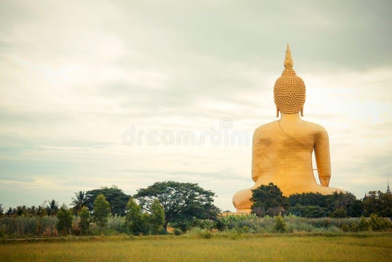 Estatua de oro gigante de Buda en el muang de Wat, Tailandia fotos de archivo