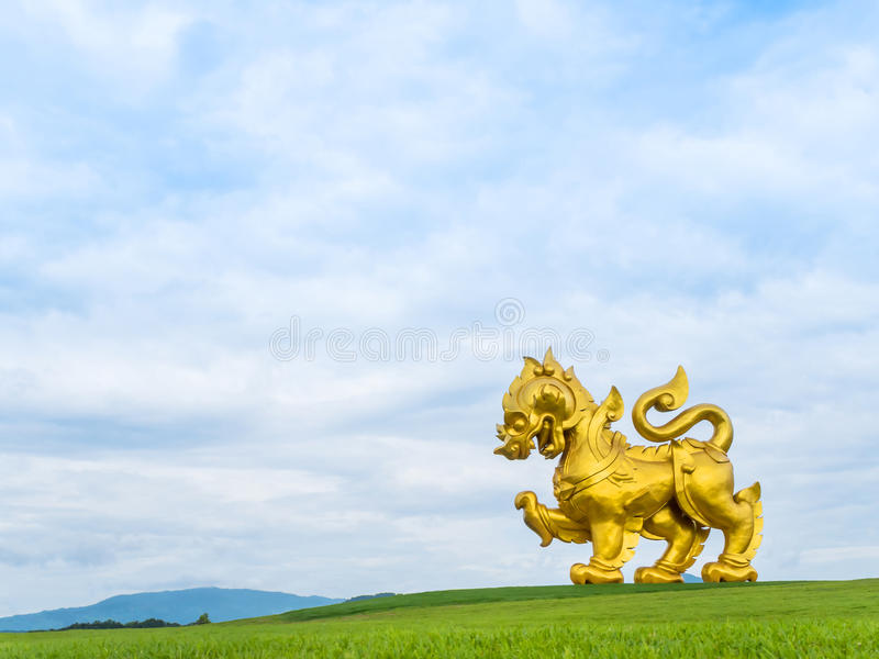 Estatua de oro gigante del león (logotipo del parque de Singha) imágenes de archivo libres de regalías
