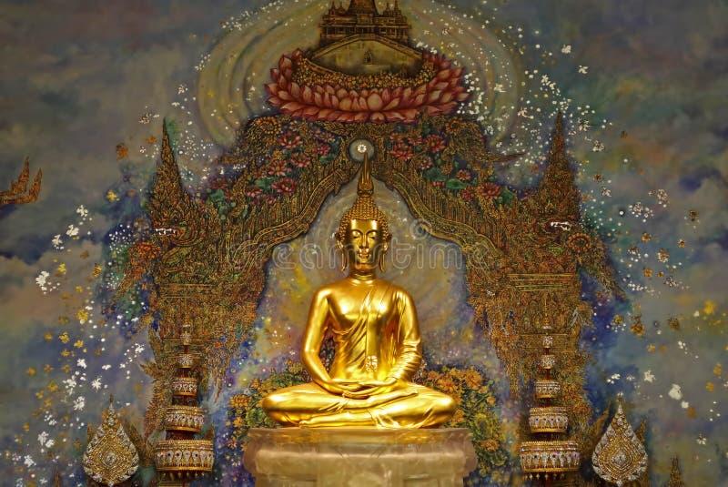 Estatua de oro hermosa de Buda fotografía de archivo