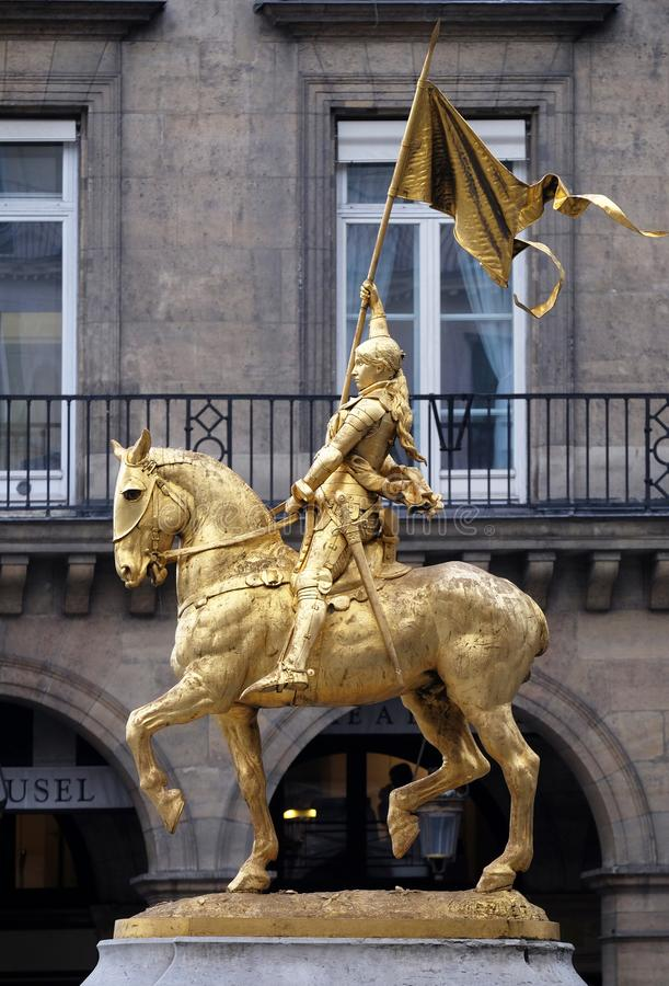 Estatua de oro de Juana de Arco a caballo fotografía de archivo