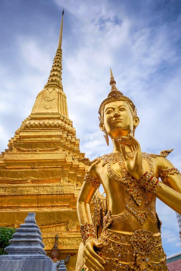 Estatua de oro de Kinnara, palacio magnífico, Bangkok, Tailandia imagen de archivo