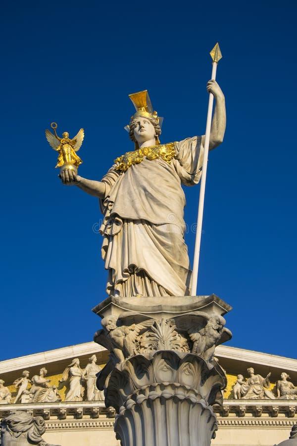 Estatua de Pallas Athena cerca del parlamento austríaco en Viena imágenes de archivo libres de regalías