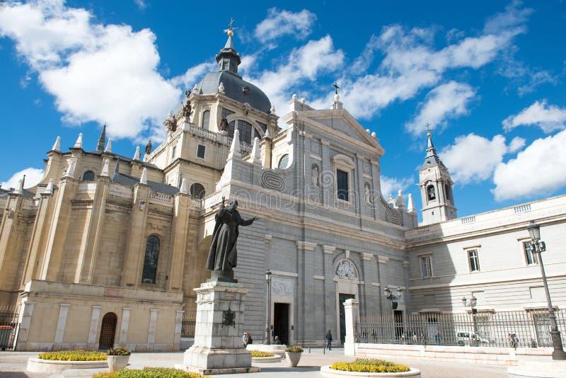 Estatua de papa Juan Pablo II lo más cerca posible Santa Maria la Real de La Almudena imágenes de archivo libres de regalías