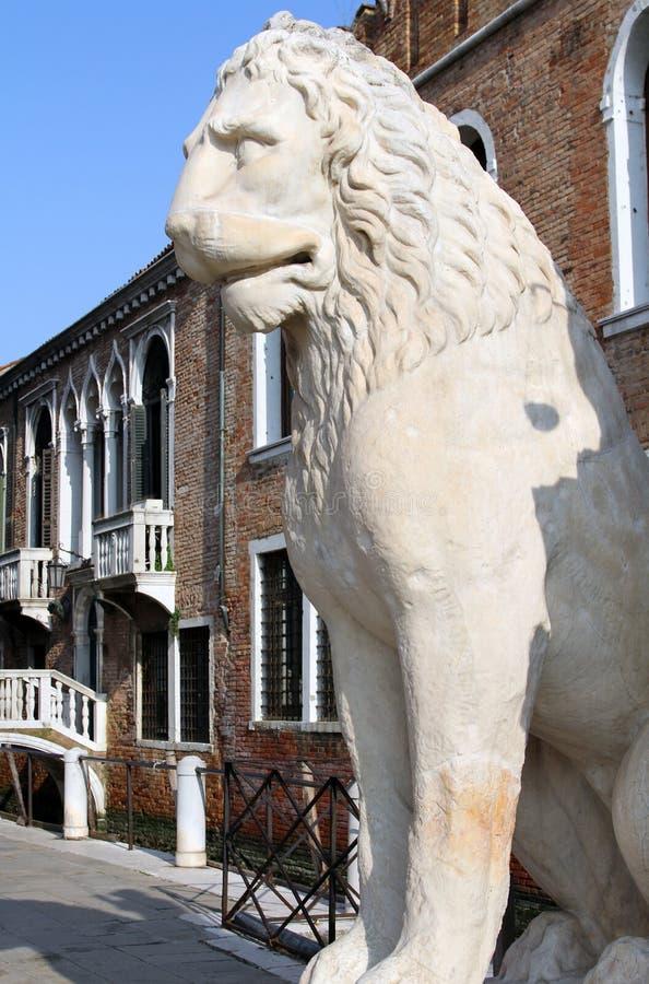 Estatua de piedra antigua del león en las puertas del arsenal, Venecia, Italia imagen de archivo