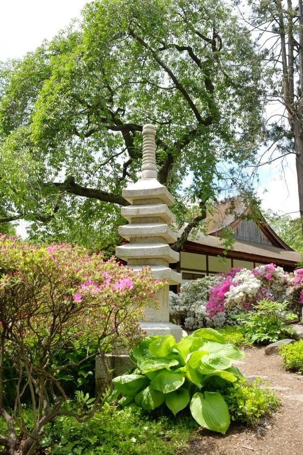 Estatua de piedra japonesa y casa de té vieja fotografía de archivo