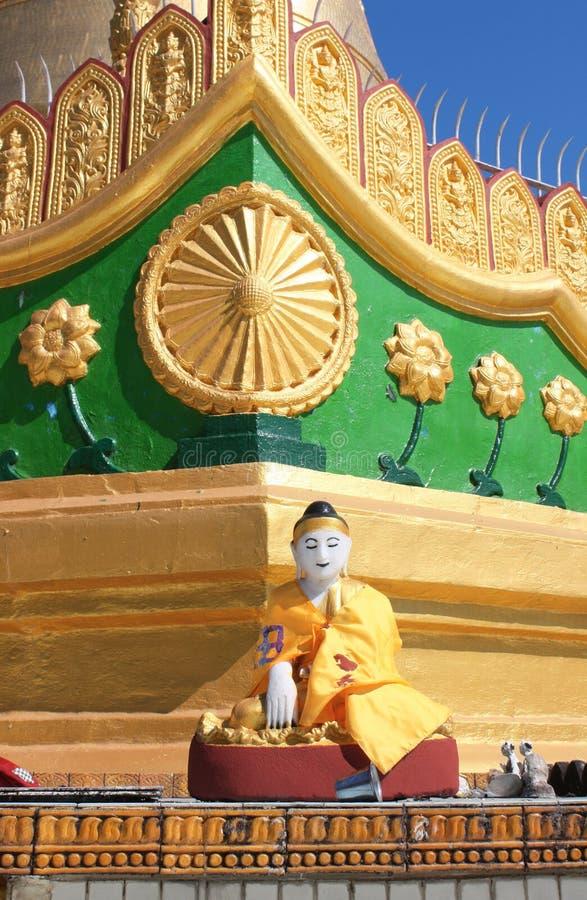 Estatua de piedra vieja de meditar a Buda, Bago, Myanmar foto de archivo