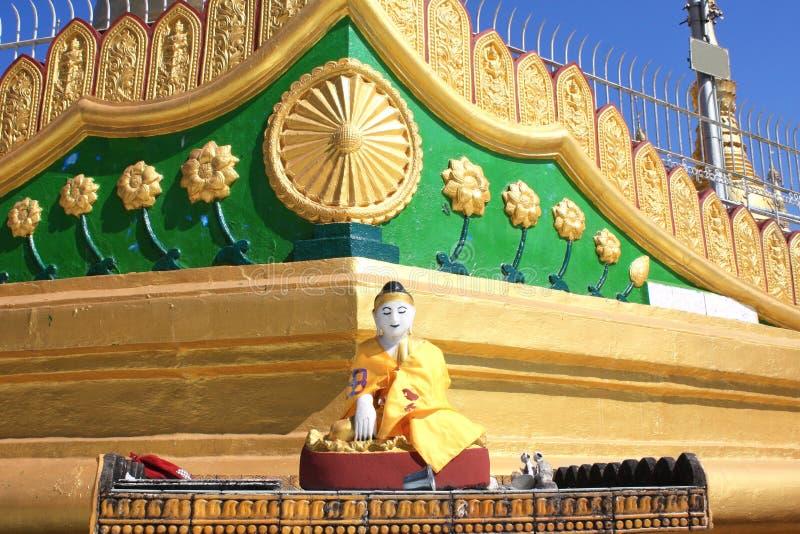 Estatua de piedra vieja de meditar a Buda, Bago, Myanmar imágenes de archivo libres de regalías
