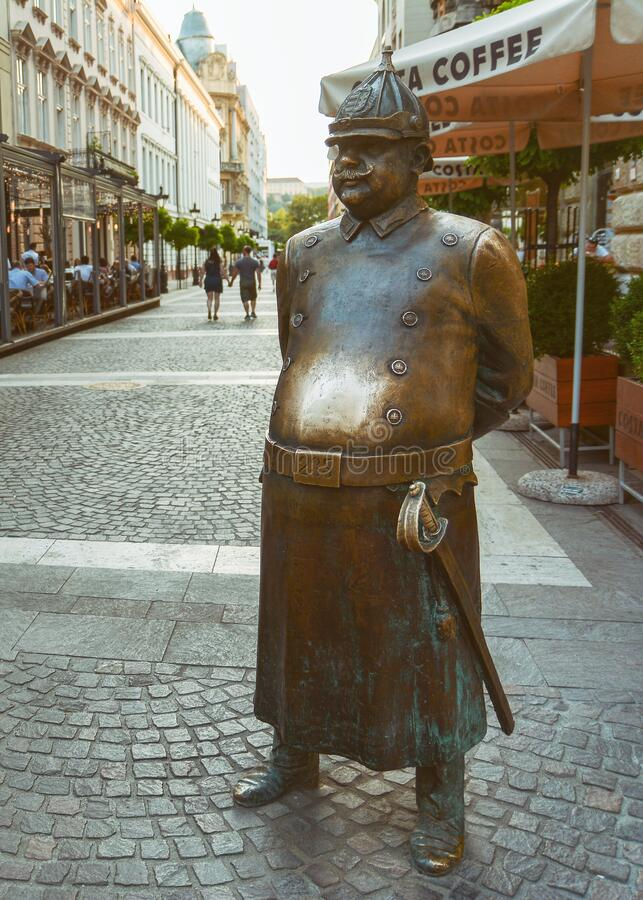 Estatua de policía gorda en la calle Zrinyi, Budapest, Hungría imágenes de archivo libres de regalías