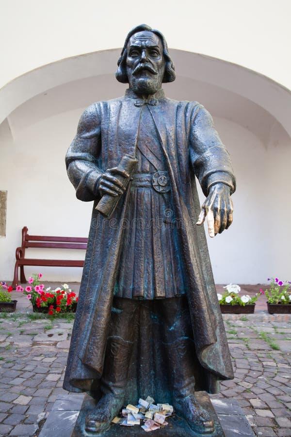 Estatua de príncipe Podolsky Fedir Koryatovych 1331-1414 en el castillo Palanok, Mukacheve, Ucrania fotografía de archivo