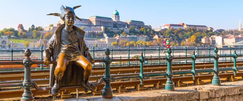 Estatua de princesa Jester del icono de Budapest contra el panorama de Buda y el cielo azul foto de archivo libre de regalías