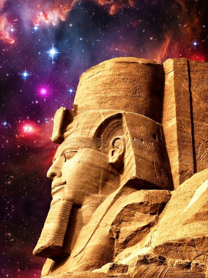 Estatua de Ramses II en Abu Simbel y la pequeña nube de Magellanic (EL fotos de archivo libres de regalías