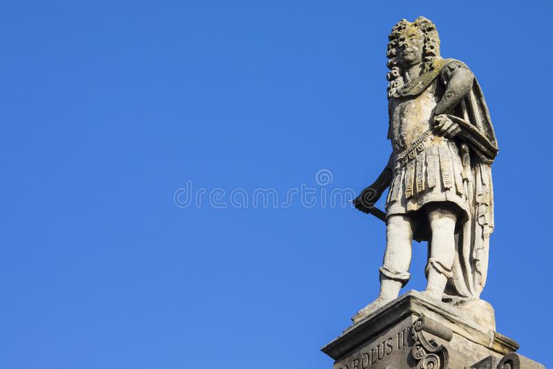 Estatua de rey Charles II en toda la iglesia de los santos en Northampton fotos de archivo