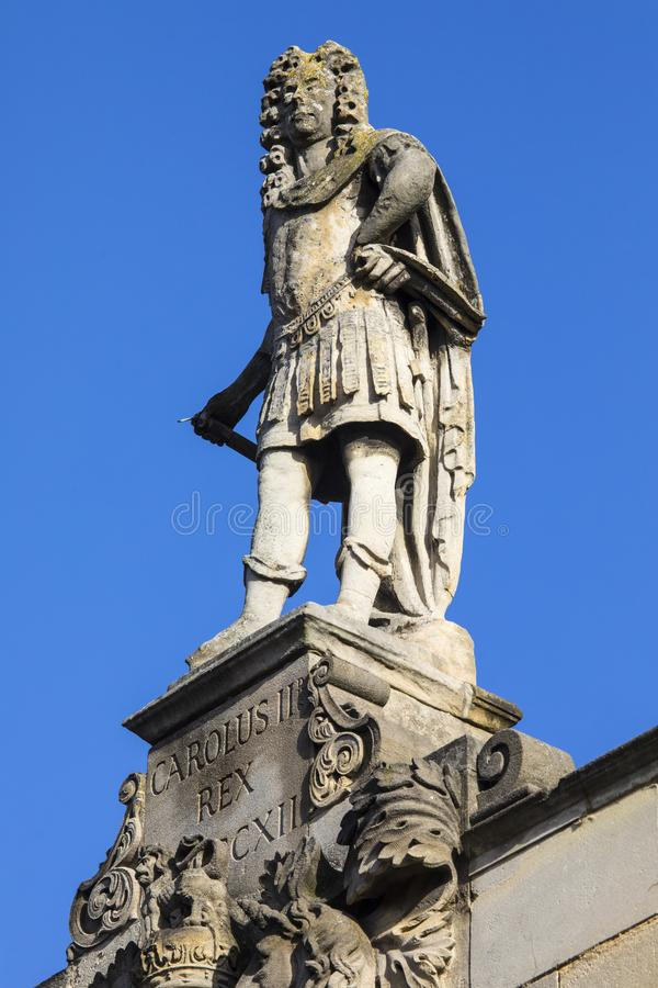 Estatua de rey Charles II en toda la iglesia de los santos en Northampton imagenes de archivo