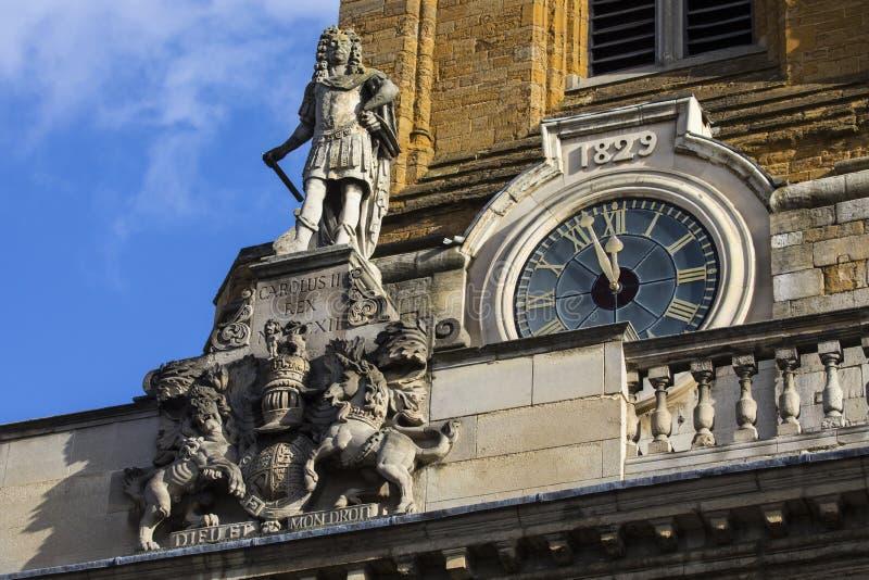 Estatua de rey Charles II en toda la iglesia de los santos en Northampton fotografía de archivo libre de regalías