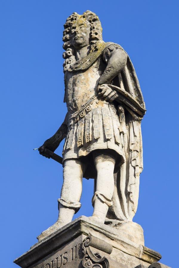 Estatua de rey Charles II en toda la iglesia de los santos en Northampton fotos de archivo libres de regalías