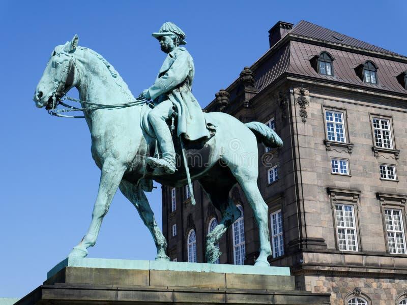 Estatua de rey Frederik VII delante del palacio de Christiansborg fotografía de archivo libre de regalías