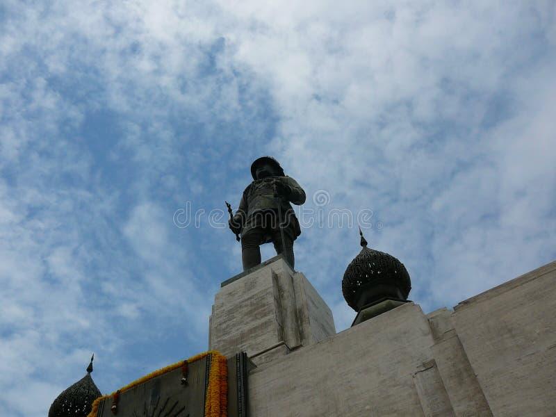Estatua de rey Rama VI en el parque de Lumpini en Bangkok imagenes de archivo