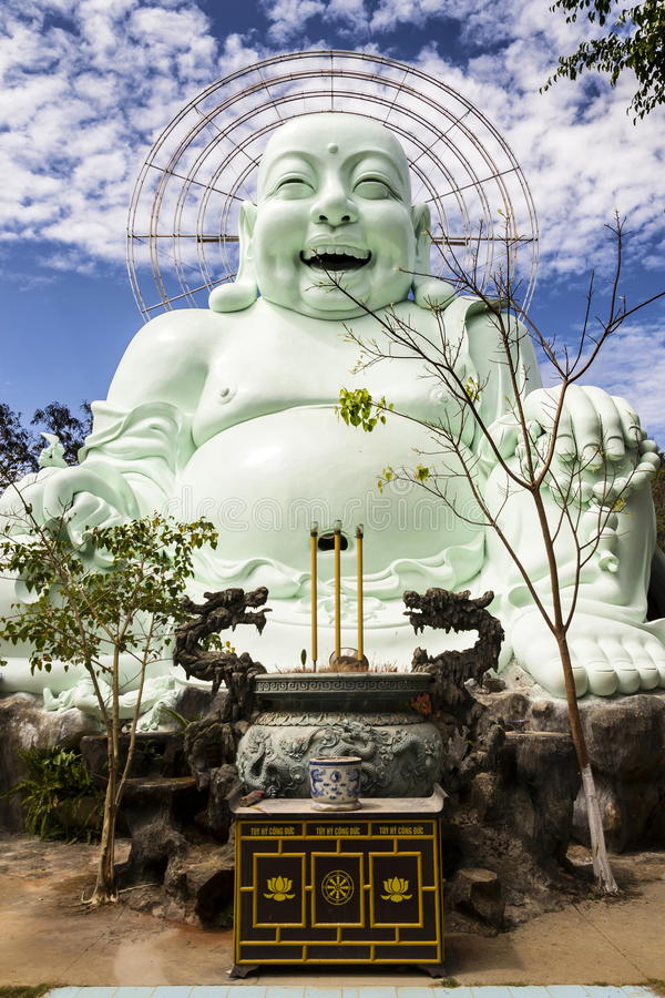 Estatua de risa de Buda cerca de Linh An Tu Temple, Dalat en Vietnam fotografía de archivo