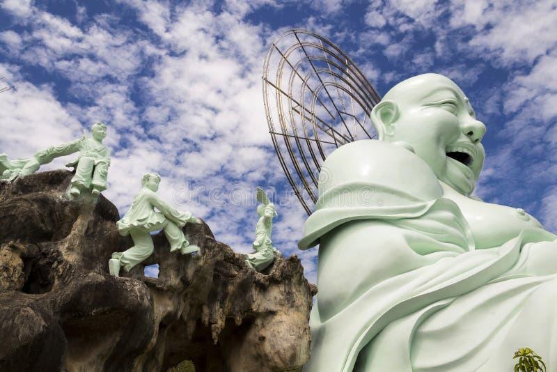 Estatua de risa de Buda cerca de Linh An Tu Temple, Dalat en Vietnam foto de archivo