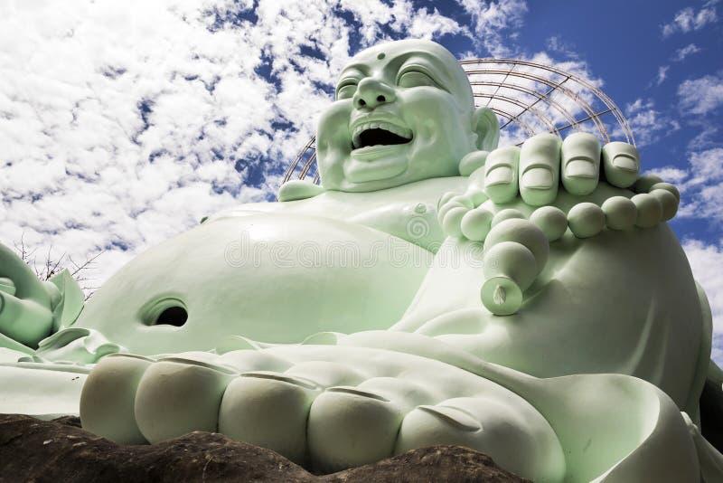 Estatua de risa de Buda cerca de Linh An Tu Temple, Dalat en Vietnam imagen de archivo