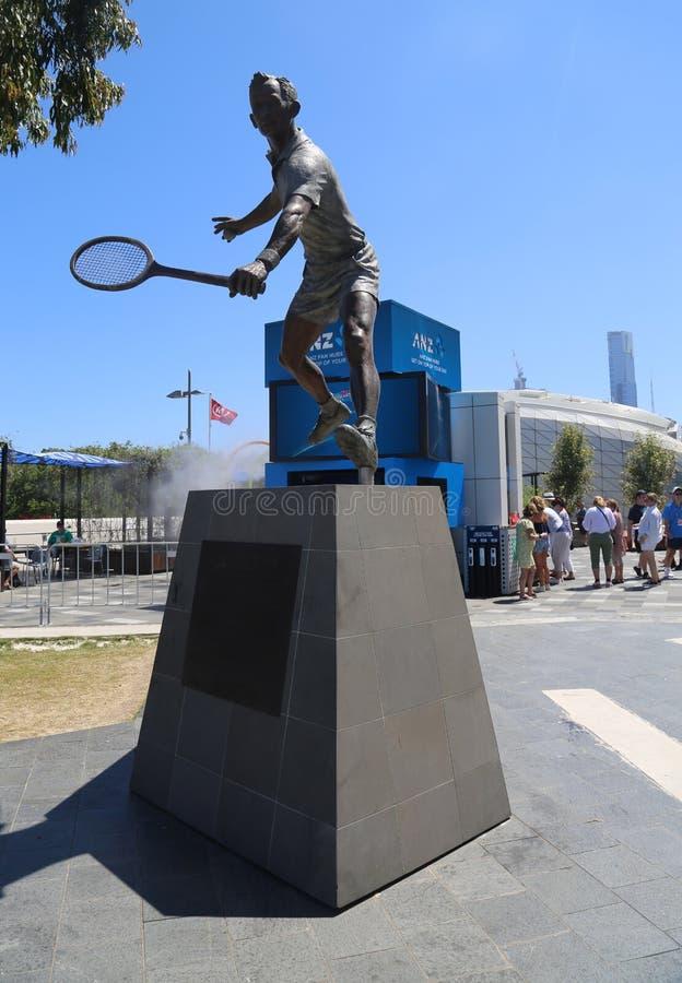 Estatua de Rod Laver delante de la arena de Rod Laver en el centro australiano del tenis en el parque de Melbourne fotos de archivo libres de regalías